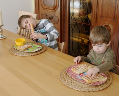 Jungs-beim-Waffeln-essen