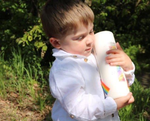 Taufkind mit Taufkerze