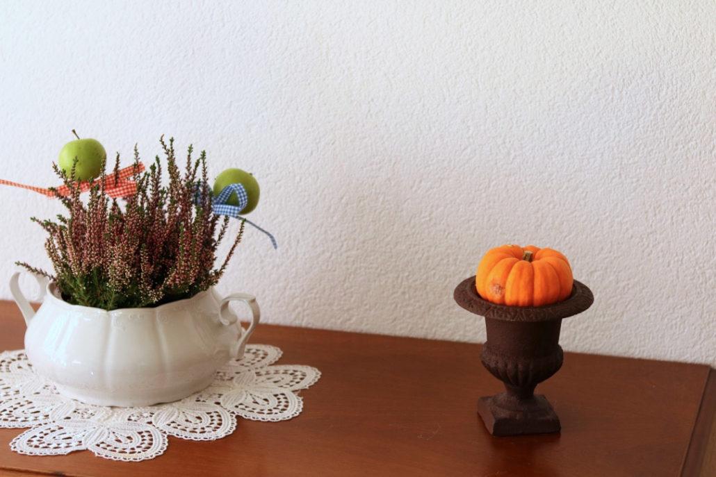 Herbstdeko mit Kürbis, Erika, alte Suppenterrine
