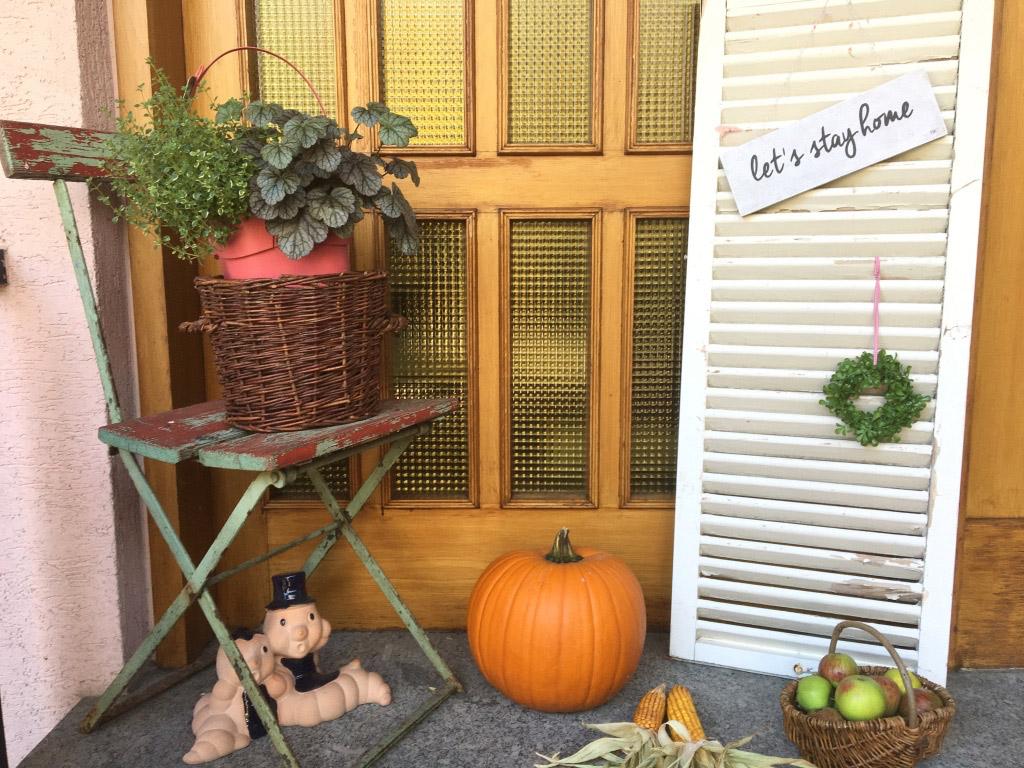 Herbstliche Türdekoration, Deko mit altem Fensterladen, Kürbisdeko