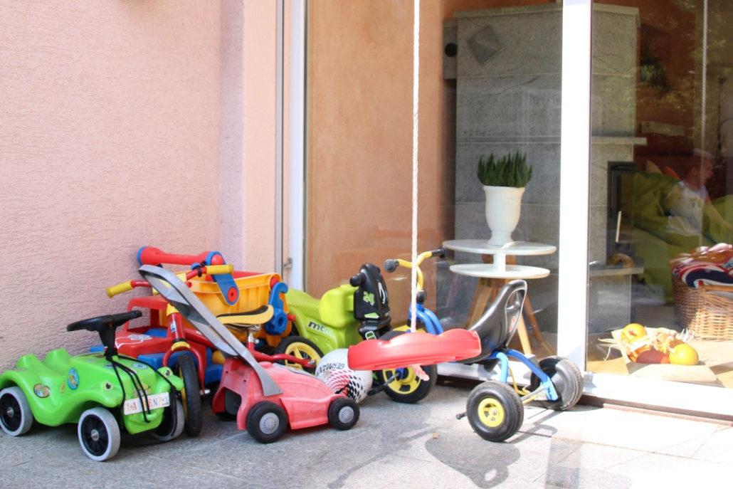 kinderfahrzeuge-geparkt