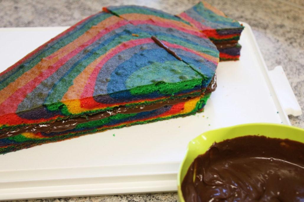 regenbogenkuchen-mit-ganage, Rezept Zuckertütenkuchen, Torte zur Einschulung, Kuchen in Form einer Schultüte, Schultüte backen, einfacher Kuchen Schulanfang, Kuchen zur Einschulung