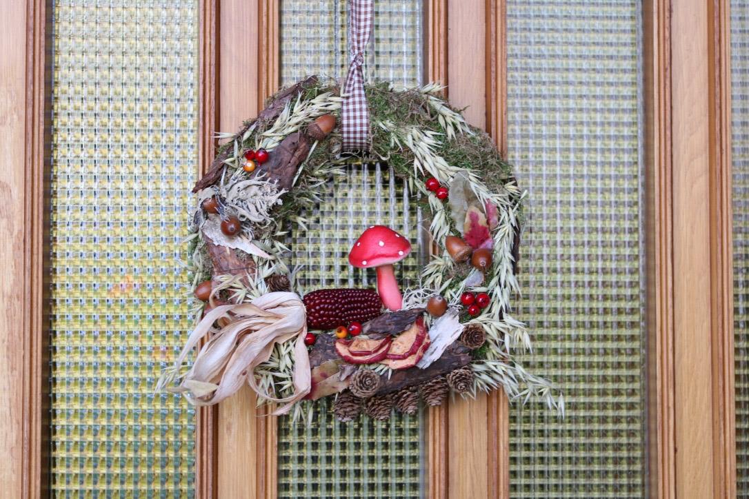 Türkranz Herbst Herbstdeko und herbstliche Wohnideen selber machen, Bastelanleitung Kranz aus Eberesche, Deko mit Suppenterrine und alter Backmulde, Deko mit Kürbis