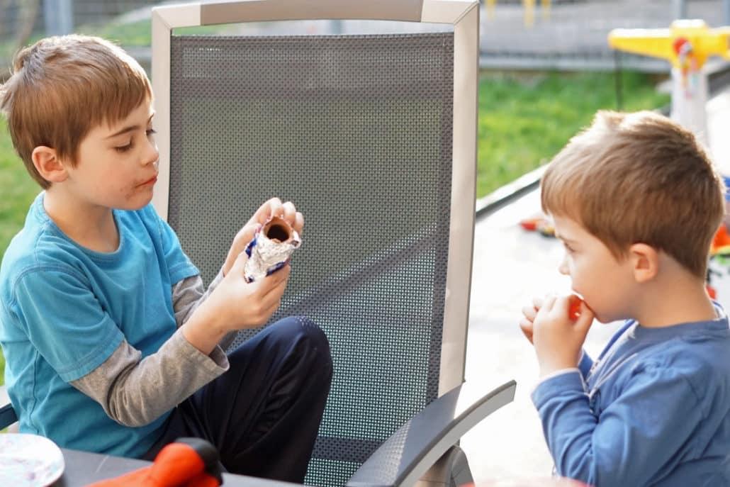 Kinder essen Osterhasen