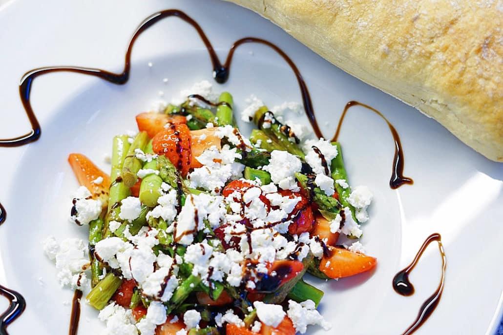 Gruener-Spargel-Salat-mit-Erdbeeren-und-Schafskaese