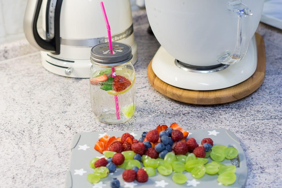 mehr trinken aus schönem Glas - Detox-Wasser