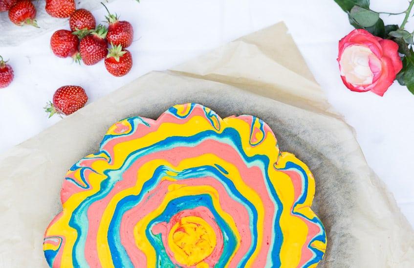 Regenbogenkuchen Rezept mit Erdbeerfüllung