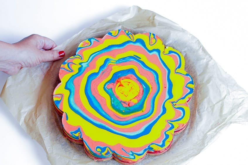 Regenbogenkuchen mit Erdbeerfüllung