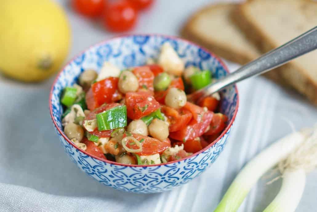 Salat mit Kichererbsen, Tomaten und Mozzarella