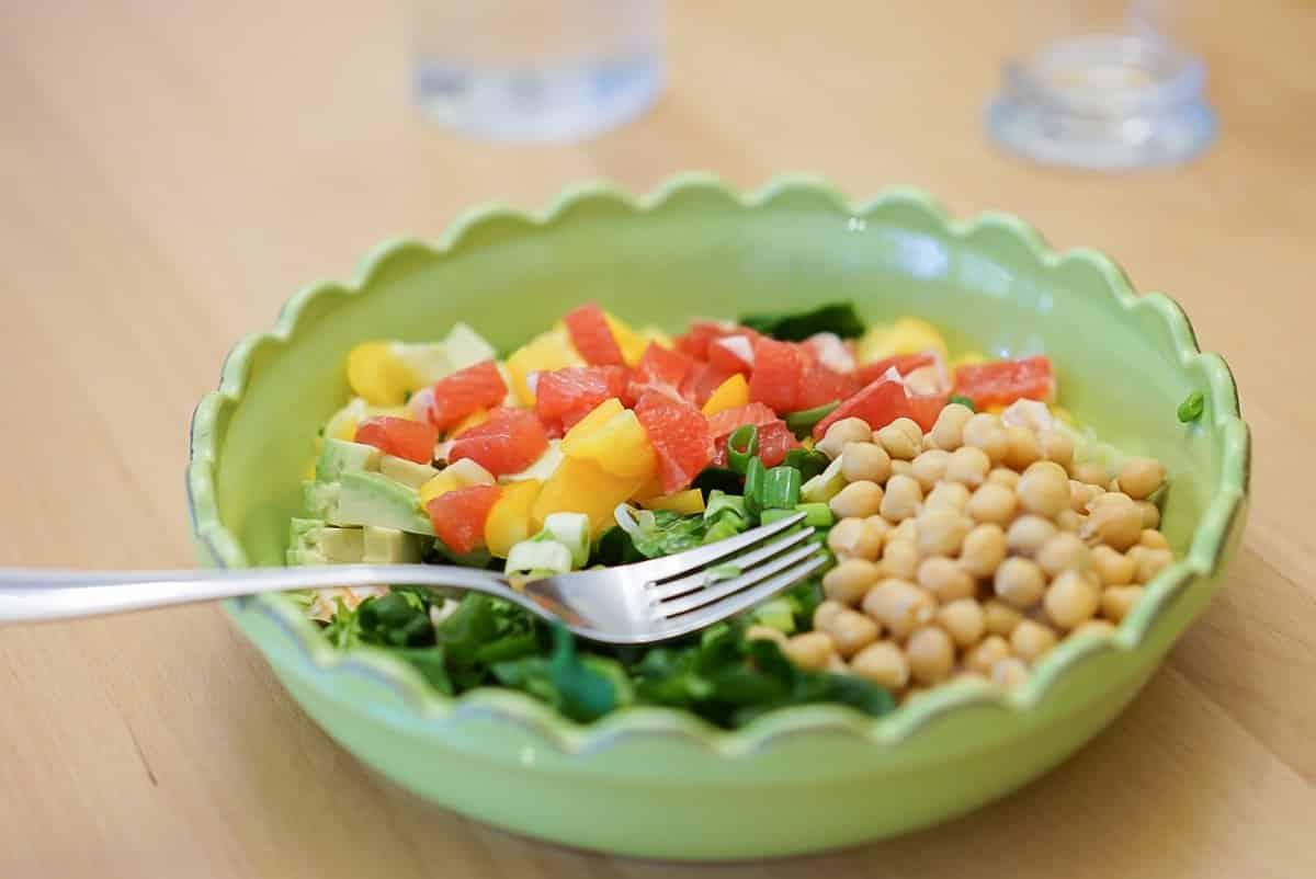 Ran an den Speck! Leckerer Salat mit Spinat, Grapefruit, Avocado und Kichererbsen