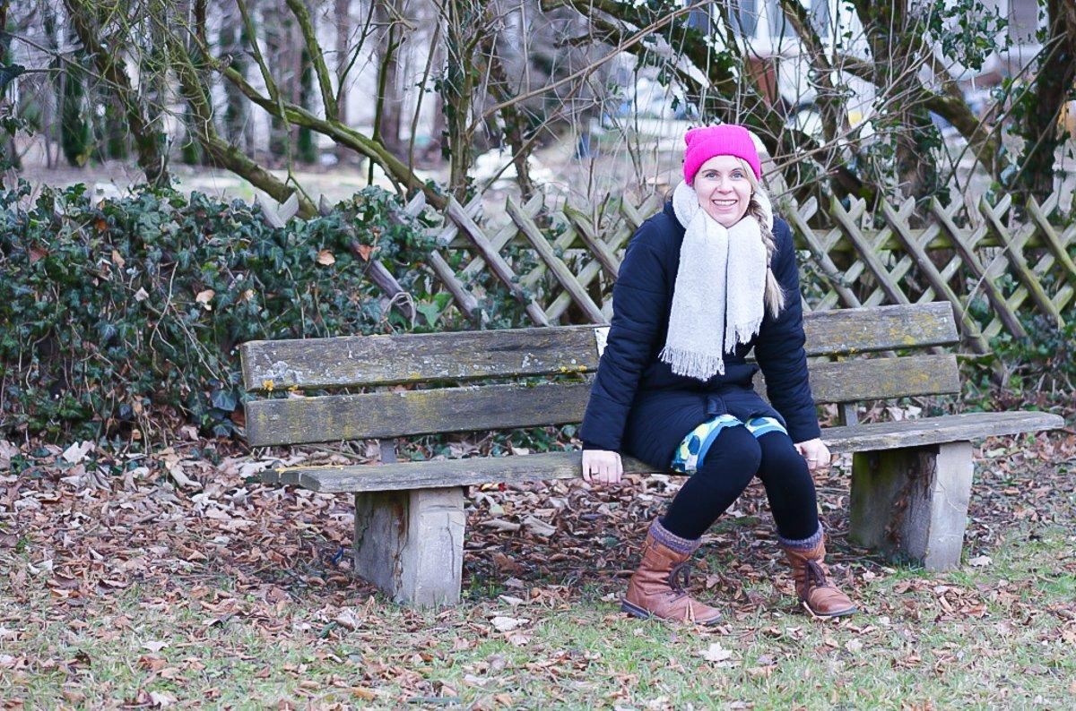 Tagaustagein auf einer Bank sitzen