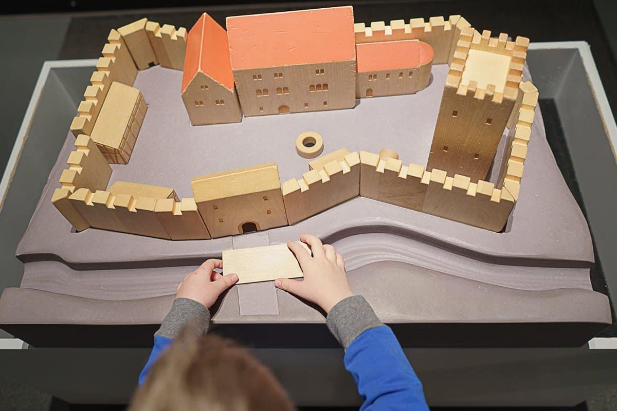 Modell einer Burganlage aus Holz