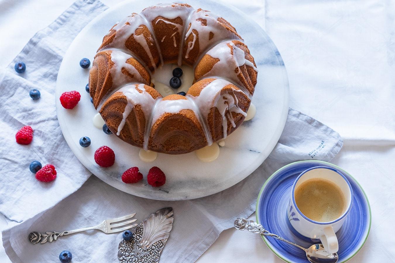 Saftiger Rührkuchen mit Joghurt und Aprikosen zum Sonntagskaffee