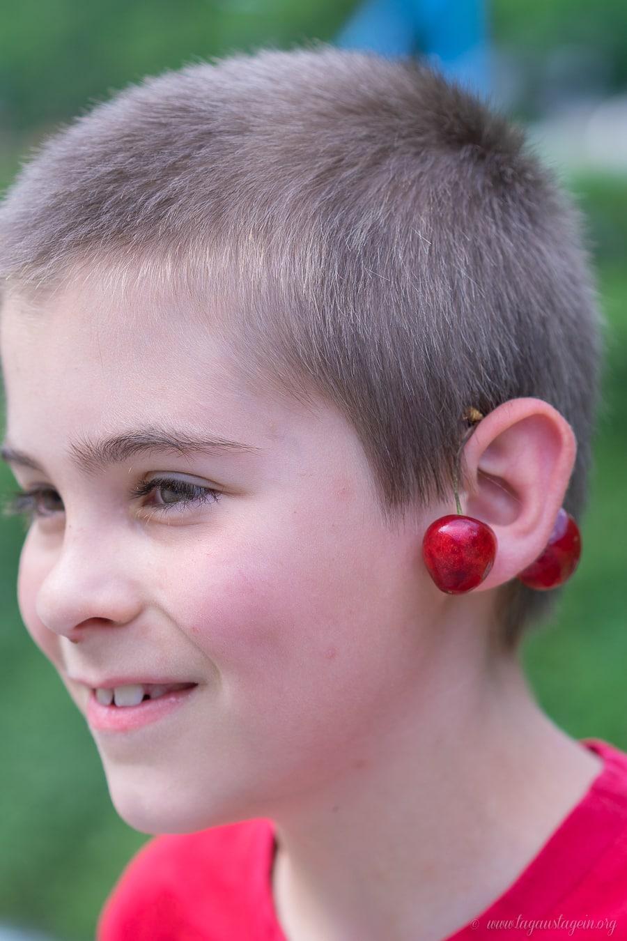Kirschen am Ohr