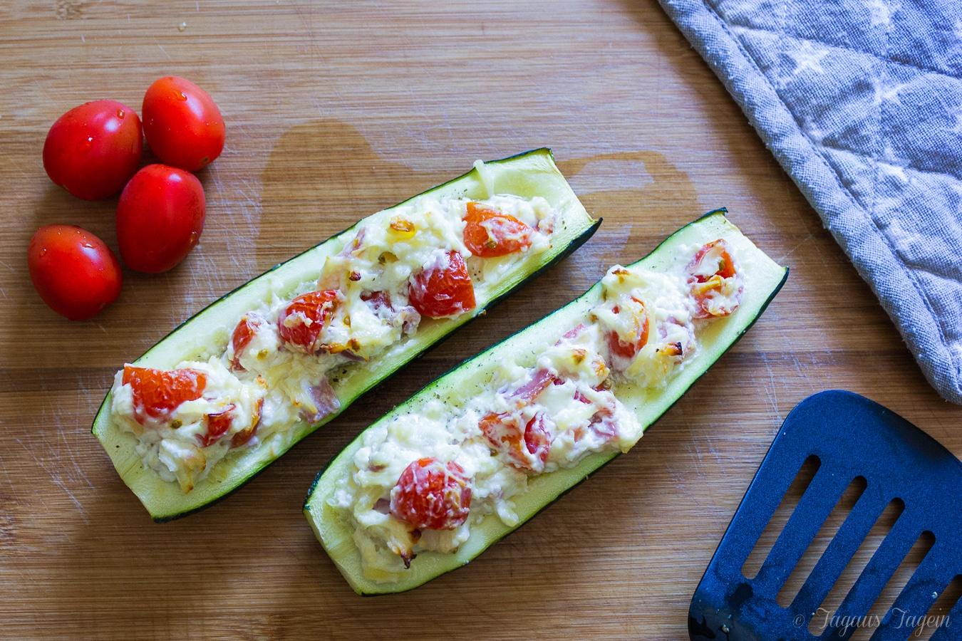 Zucchini gefüllt und überbacken