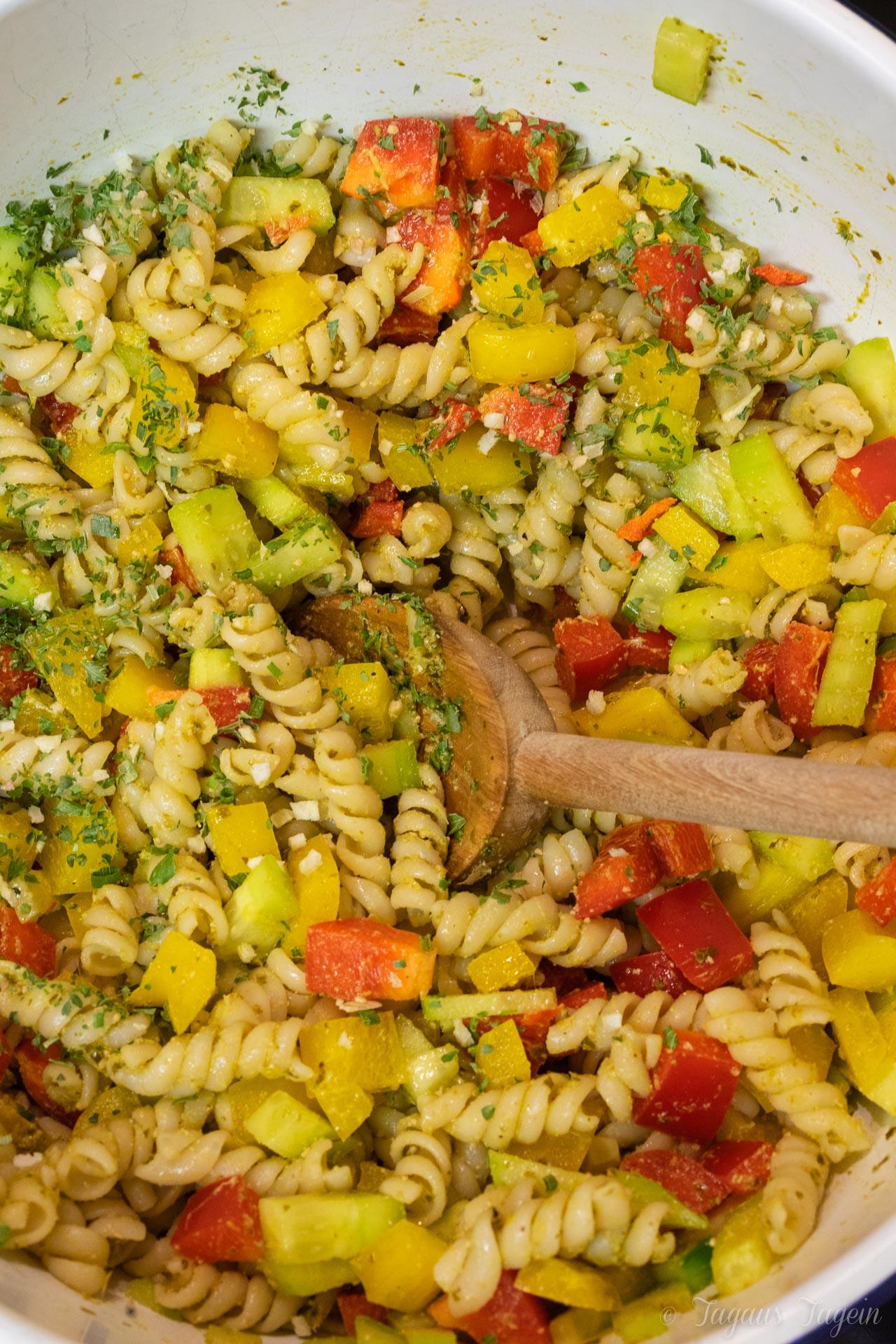 Schneller Nudelsalat mit Pesto