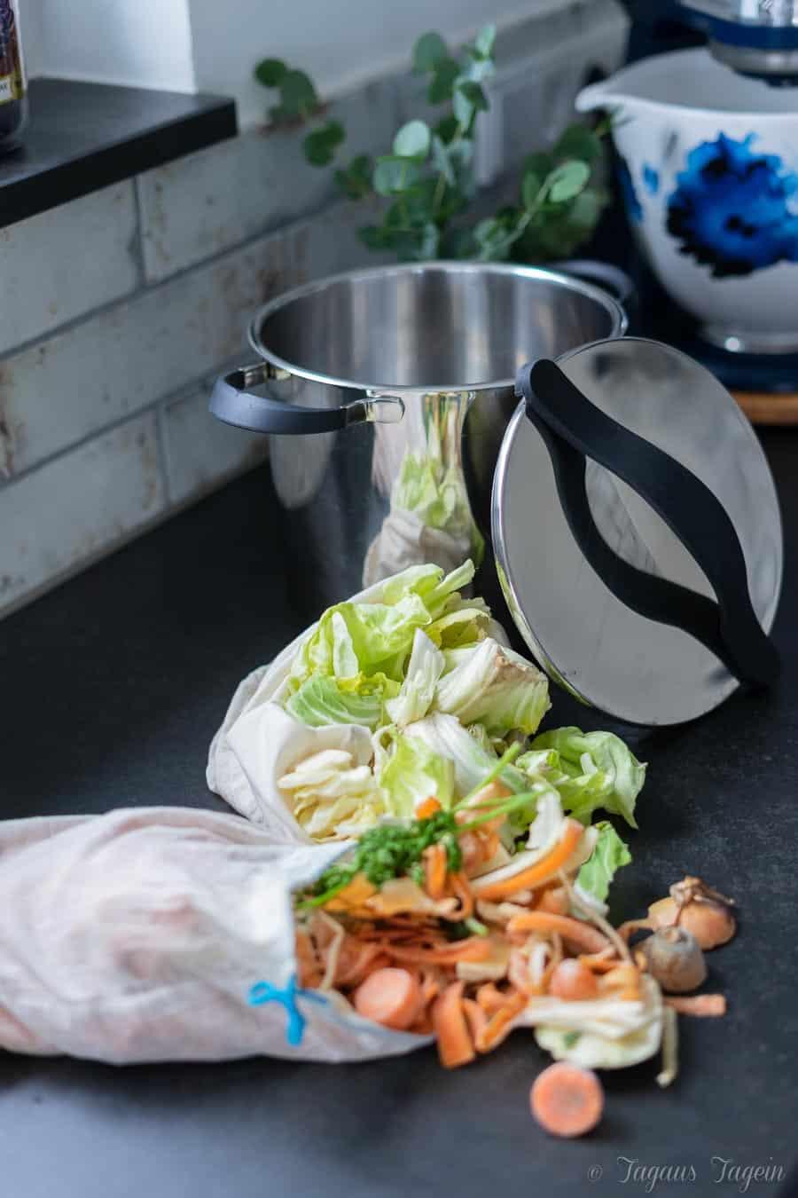 Gemüsebrühe aus Resten – schnell und einfach gekocht